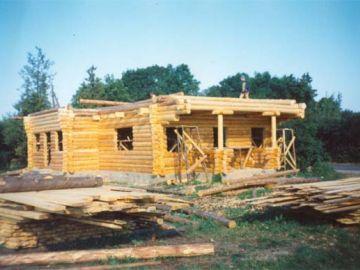 Juuli, 1996.a. Esimese korruse seinad on püsti. Materjali napib, kuid seda varutakse juurde ja ehitus jätkub.