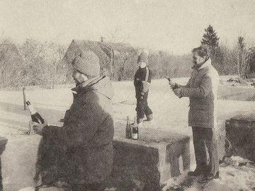 Vallamaja korrastatud alusmüüri ääres avasid külavanemad Oole Sulepi Kaasikult ja Uno Melis Kibunast šampanjapudelid.
